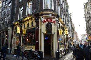 Eingang zum Baba Coffeeshop Amsterdam Schaufenster Eckhaus